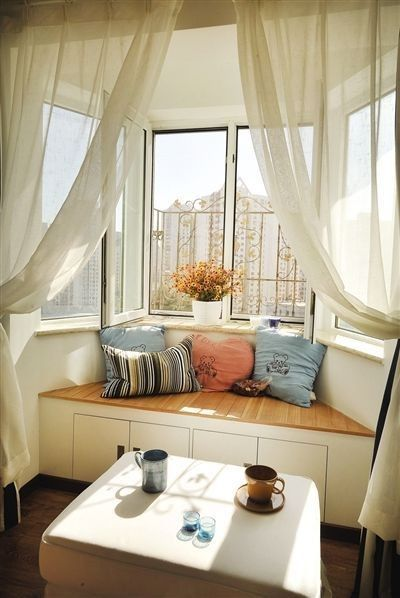 Imagens Pinterest           Tem um espaço que parece perdido perto da janela? Aproveite com futons, bancos e ou...