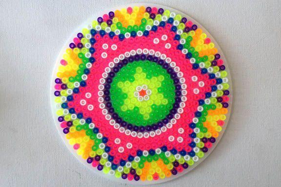 Neonfarvet perleplade Mandala. Formet som en stjerne. Neon hama bead mandala. Fotograf: Susanne Randers