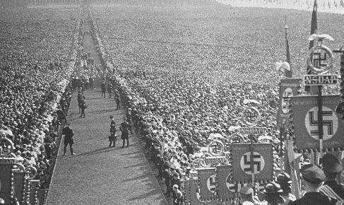 """Reichsparteitag...Nein eben nicht!Es ist ein Foto vom Reichserntedankfest in Hameln auch Bückebergfest genannt, fand in den Jahren 1933 bis 1937 jeweils am ersten Sonntag nach dem Michaelistag (29. September) statt. Neben dem Reichsparteitag in Nürnberg und der Feier zum 1. Mai (Tag der nationalen Arbeit bzw. ab 1934 """"Nationaler Feiertag des deutschen Volkes"""") in Berlin war es die größte Massenveranstaltung der NSDAP."""