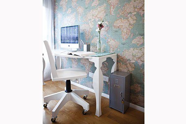 El gran aporte al lugar de trabajo es la pared entelada con estampa de mapamundi - Foto: Victoria Schiopetto