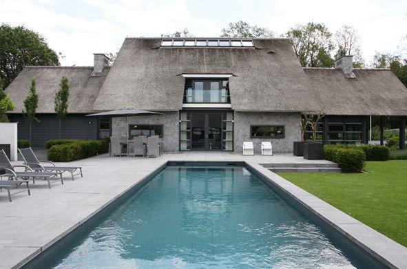 Moderne rietgedekte villa met bijgebouw en zwembad - Projecten - Bouwbedrijf Habe