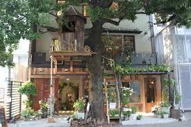 広尾:カフェ「レ・グラン・ザルブル」 1~2階にはフラワーショップの『Fleur Universelle(フルールユニヴェルセル)』、そしてその上はカフェという構成 ウッドデッキのカフェスペースでは、フォカッチャサンドイッチや、サラダ、マフィンといったメニュー 東京都港区南麻布5-15-11 フルール・ユニヴェセール 3階 03-5791-1212