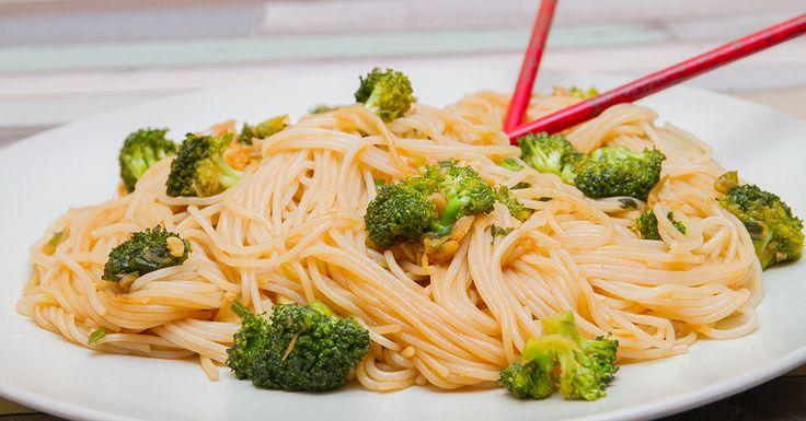 Gyömbéres, szezámos üvegtészta - A kelet-ázsiai konyha elterjedésével a szezámmag és a szezámolaj egyre népszerűbb, ismertebb itthon is. Egészséges, hiszen a szezámolaj B-, D- és E-vitamint, valamint értékes aminosavakat is tartalmaz. Egy mondattal így lehetne leírni, hogy milyen étel a gyömbéres, szezámos üvegtészta: fokhagymás gyömbéren pirított brokkoli keleties ízvilágú szósszal, tésztával serpenyőben átsütve. Egy szóval: kipróbálandó.