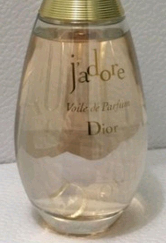 Christian Dior J'adore Voile De Parfum 100ml  J'adore Voile de Perfume es un perfume floral, que Renueva en ciertos aspectos a la mítica J'adore. Fué Lanzada en dos mil trece de la mano del perfumista François Demachy y el frasco es igual al de super icónico precursor, como gota de glamour y con un cuello afinado en tonos dorados. En un caso así, la pirámide olfativa se abre con Iris de la Toscana, seguida de Rosa de Damasco y almizcle blanco. Un aroma sensual y complejo ideal para el día…