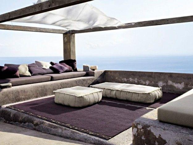 Tappeto marrone - Terrazzo in stile moderno con tappeto da esterno marrone.