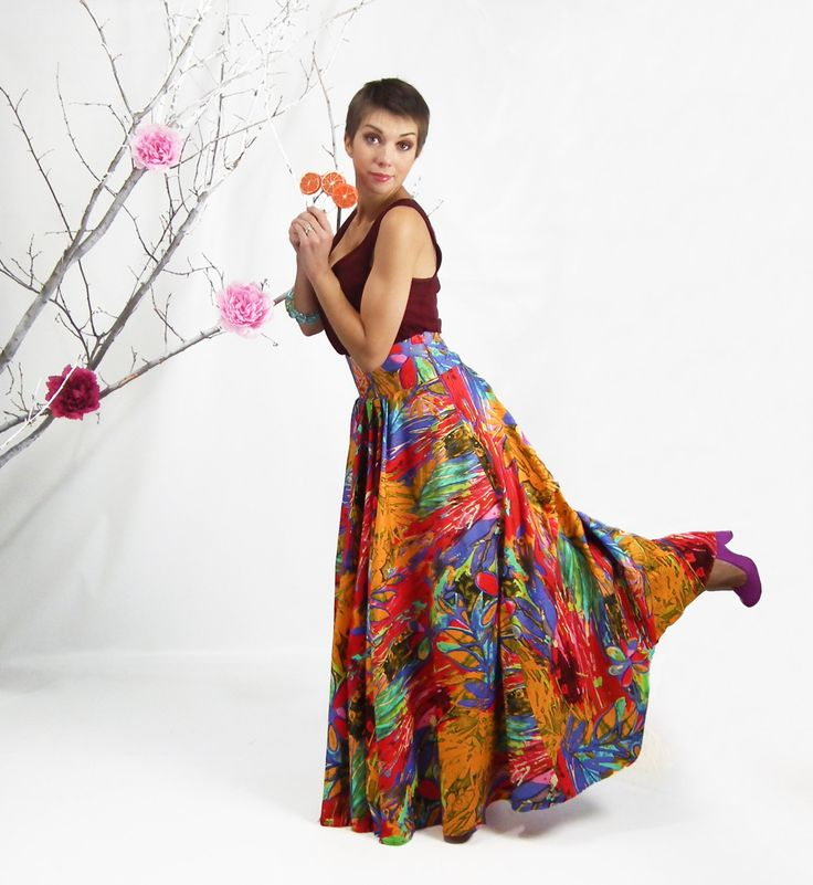Maxi falda, falda talle alto piso   Con una impresionante forma hinchada, impresión inspirada en expresionismo y cintura acentuada elegantemente este perfecto ajuste maxi despierta la imaginación como una obra de arte y define el estado de ánimo del día.  Desde los delicados pliegues en la cintura a la punta del dobladillo hinchado este equipo de captura de los ojos está adornado con toques de colores púrpura, amarillos, rojos enmarcados por un motivo floral, que crean una imagen vívida. Va…