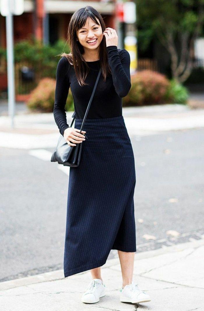 b3554eaab0979 Jupe mi longue et top avec manches longues baskets blanches comment porter  la robe longue