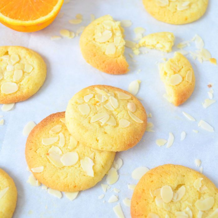 Door het gebruik van sinaasappelrasp maak je heel eenvoudig deze sinaasappel amandel koekjes. Daar zul je heerlijk van smullen.