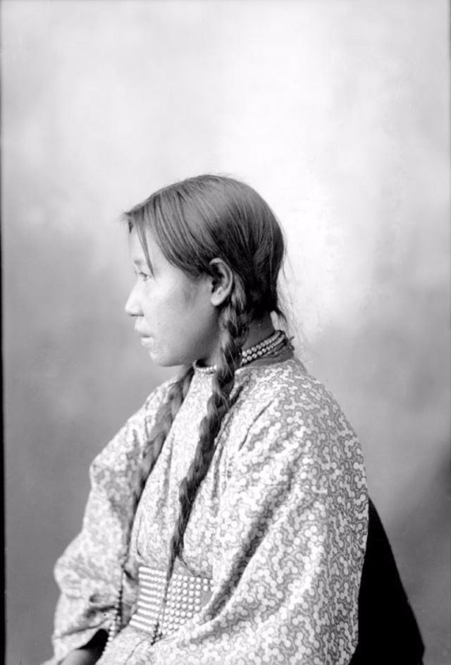 These are beautiful photos of Native American teenage girls taken from between the late 19th to early 20th centuries.