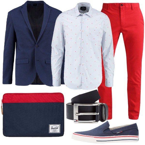 Outfit per tutti i giorni, anche per l'ufficio, caratterizzato dal colore rosso e blu. Una camicia con pois rossi, un pantalone chino in rosso e una giacca blu scuro vengono accompagnati da un paio di sneakers basse senza lacci, una borsa porta pc in blu navy e rosso e da una cintura in pelle.