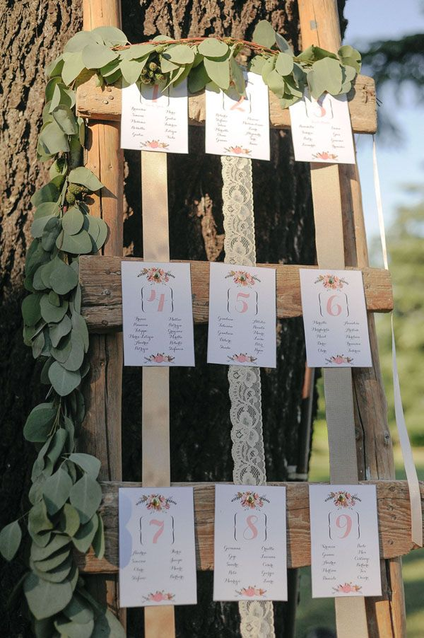 vintage ladder, ribbon and lace seating plan | photo L&V Photography more on http://weddingwonderland.it/2016/03/un-matrimonio-romantico-oltrepo.html