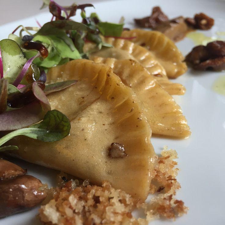 Raviolis de foie de Villamartín con ensalada de puré de boletus y gotas de balsámico
