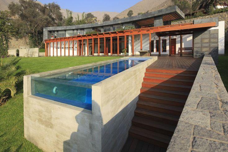 8 – Parti-pris architectural Ici la forte déclivité du terrain a été utilisée pour créer une piscine dont la partie basse est un mur en béton banché, rendu élégant et graphique grâce à la paroi de verre qui le termine. Réalisation architectes Felipe Ferrer et Alonso Toledo, au Pérou.