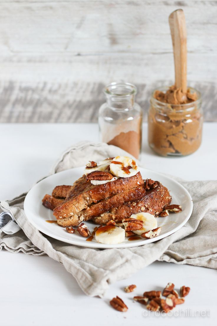 Aamiasherkku viikonloppujasilmällä pitäen, olkaa hyvä! Jos haluan viikonloppuaamuisin syödä jotain hyvää, paistan yleensä pannukakkuja. Useimmiten näitä kikhernejauhoista tehtyjä pannareita, joista tulee terveellisistä kalskahtavista raaka-aineistaan huolimatta todella herkullisia. French toast on kuitenkin kivaa vaihtelua pannukakuille, ja ne valmistuvat vielä helpommin :) Tällä kertaa täytin toastit banaanilla ja maapähkinävoilla ja viimeistelin koko komeuden vaahterasiirapilla ja…