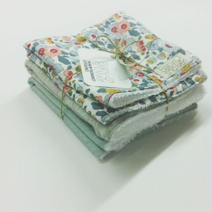 Práctico conjunto de 3 toallitas que te ayuda a limpiar las babitas del bebe, mantener limpio el cojín de la minicuna, tener un apoyo limpio y fácil de lavar para su cabecita... Elaboradas por un lado en rizo de algodón 100% alta calidad y por el otro tres estampados distintos. Escoge el tejido de algodón Lyberty London que más te guste, nosotr@s nos encargamos de combinar tu selección con otros de nuestros tejidos.MEDIDA TOALLA: 28 x 28 cm LAVADO A MÁQUINA 40 ºC.