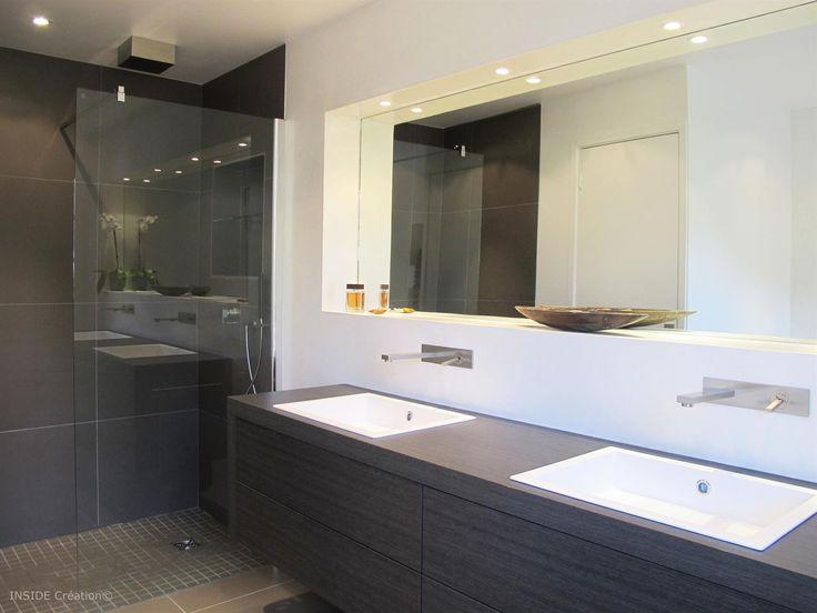 Salle de bain contemporaine, meuble vasque en bois, douche à l'italienne. Blanc et marron foncé