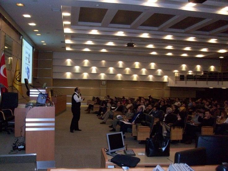 """""""İTO Mobil Pazarlama Eğitim Programı"""" Gerçekleştirildi - İstanbul Ticaret Odası'nda düzenlenen """"Mobil Pazarlama Eğitim Programı"""", 7 – 8 Aralık 2012 tarihlerinde gerçekleştirildi. MarkeFront Genel Müdürü Aytaç Mestçi de, """"Arama Motoru Tabanlı Mobil Pazarlama"""" sunumuyla eğitim programında yer aldı(...)"""