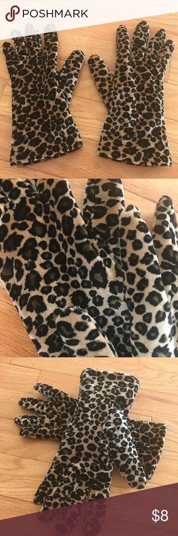 ❄️Thinsulate Gloves, Leopard print❄️ Women's Thinsulate gloves in a super soft leopard print. Excellent condition, one size. Accessories Gloves & Mittens