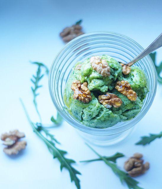 green ice cream Зеленое мороженое с рукколой и авокадо (на 2-3 порции)       1 авокадо     2 горсти свежей рукколы (где-то полпачки пакета «Белая дача»)     полтора банана     сок полутора лаймов     ложка меда или др. натурального подсластителя