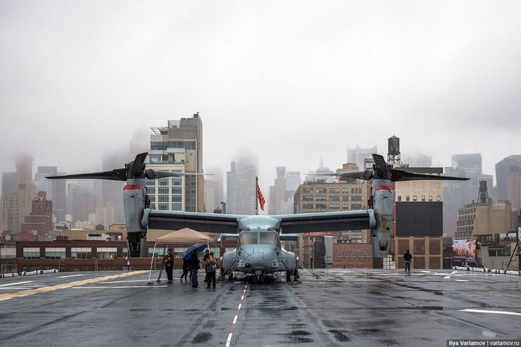 Когда я был в Нью-Йорке, там проходила неделя Флота . Моряки, пехотинцы и береговая охрана проводили парады (в том числе парады кораблей), представления и мастер-классы, водили экскурсии по своим кораблям, встречались с простыми нью-йоркцами и вербовали их в свои ряды. Я не знаю, есть ли подобные…