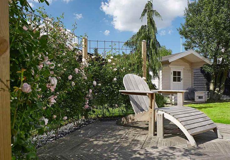 Et blomstrende gjerde skaper en hyggelig atmosfære i hagen.
