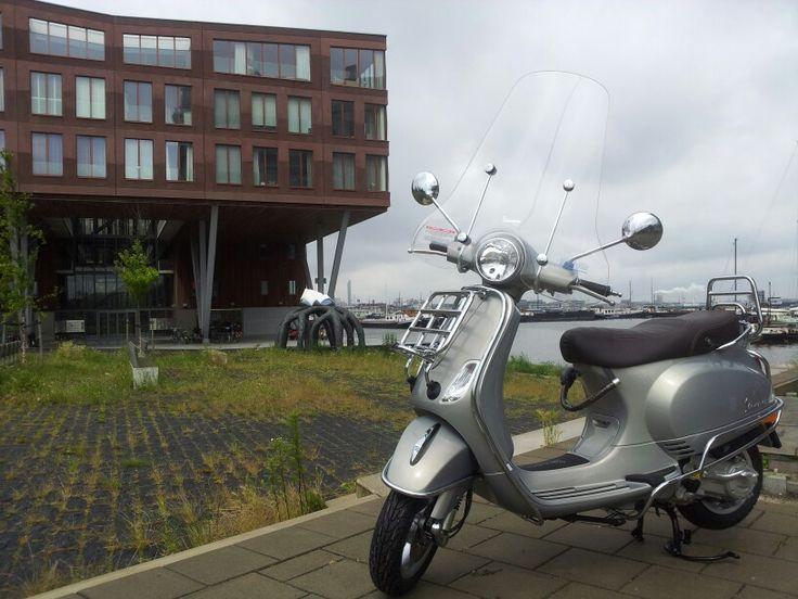 Vespa lx50 touring vanaf € 3260,-. In de kleur Grigio Apuano. Met extra valbeugels en hoog windscherm. Te koop bij scooterking.