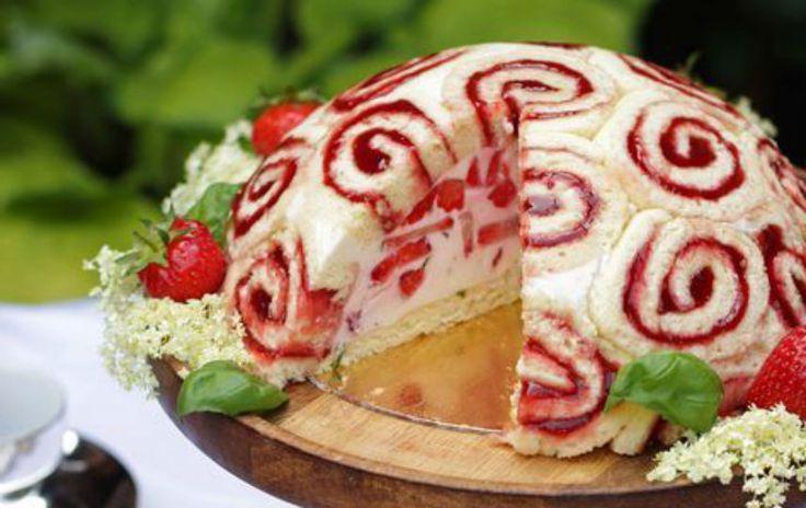 El pastel charlotte está formado por deliciosos rollos de pan con fresa y relleno de pay de queso. ¡No te lo puedes perder!