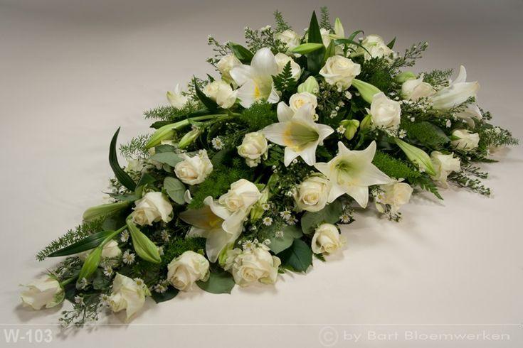 Druppelvormig rouwstuk met rozen en lelie's