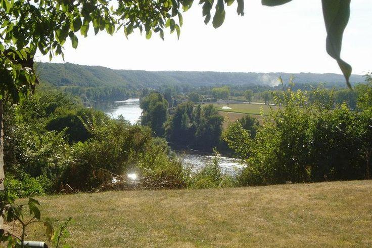 Avec de magnifiques vues sur la Dordogne, Jolie maison comprenant 4 chambres, salle à manger, séjour, 2 cuisines, 2 salles d'eau, wc. Cave et garage. Le tout sur un terrain plat de 1 600 m² environ. Prix honoraires inclus: 212.000 € Prix honoraires exclus: 200.000 € Honoraires de 6% TTC à charge acquéreur SALLE A MANGER 23.24 m2CUISINE 7.92 m2CHAMBRE 1 8.87 m2SALLE D'EAU 5.10 m2CHAMBRE 2 26.36 m2WC 1.8 m2SEJOUR 55.80 m2VERANDA+CUISINE 27 m2CHAMBRE 3 EN MEZZANINE 6.51 m2COULOIR 4.9 m...
