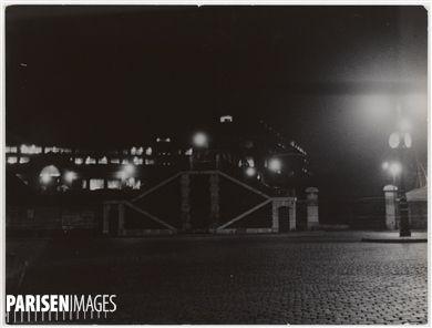 Paris et banlieue. La zone non ædificandi. Poterne des Peupliers ? la nuit. 1930-1939. Photographie de Marcel Cerf (1911-2010). Bibliothèque historique de la Ville de Paris.