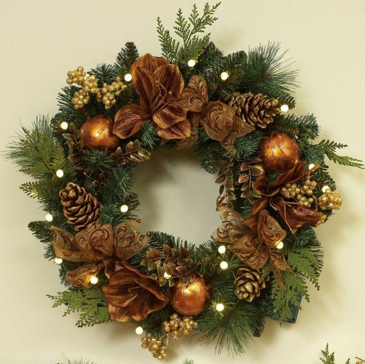 coronas navideñas decoradas con piñas