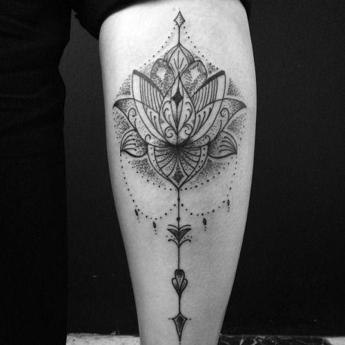 Tatuagem de Flor de Lotus   Perna Fineline