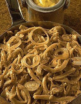 Recette Gras-double à la Lyonnaise : Mettez le gras-double dans un fait-tout, recouvrez d'eau froide, saupoudrez de court-bouillon en poudre et faites cuire ...