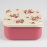 A cute vintage floral print plastic lunchbox.  Dishwasher Safe  Do not microwave above 120 degrees C  Size (Approx): 6 x 12 x 12 cm