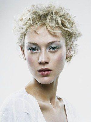 Angel Mood Massato - coiffures d'été 2007 - Un dégradé-effilé qui joue avec les longueurs, les mèches sont bouclées, ondulées, et travaillées comme des rubans, la nuque est dégagée. Le blond « enfant » est plus foncé à la racine...