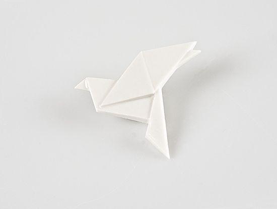 Brož HOLUBICE Origami je staré japonské umění skládání papíru. Porcelart je nové české umění skládání porcelánu. Originální porcelánové brože a náušnice. Brož o rozměru 5x5cm. Zapínání na brožový můstek. Orikata. Orisue.