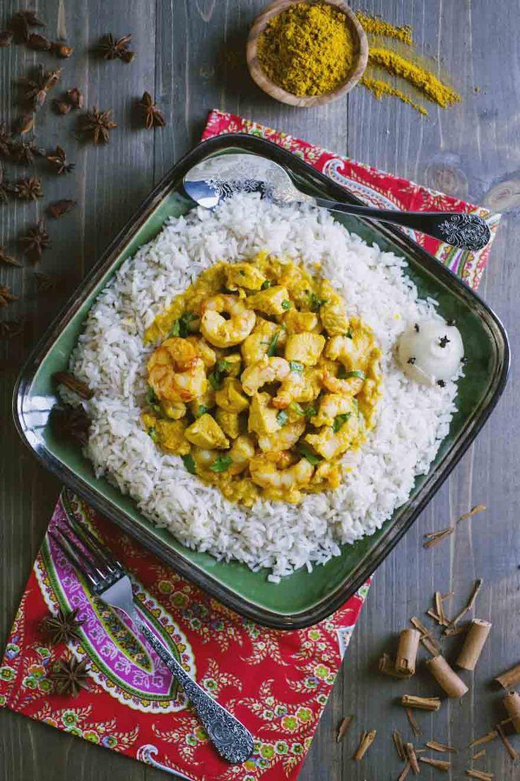 Il pollo e gamberi al curry con riso pilaf è un piatto unico da scegliere per una serata in stile indiano: profumi e sapori a dir poco indimenticabili!