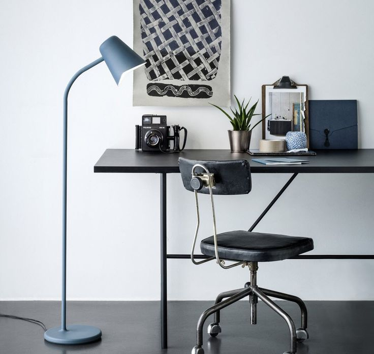 Me er en kul gulvlampe fra Northern Lighting. Lampen er designet med tanke om rolige stunder og avbrekk fra dagens hektiske gjøremål. Formen er enkel og ukomplisert, noe som gjør at lampen passer inn i et stort spekter av stiler og trender.  Me er tilgjengelig i petroleumsblå, hvit og grå, og har en kropp i pulverlakkert metall som går over i en arm av silikon som gjør at lampen kan justeres. Den fleksible stammen kan dreies og bøyes for å tilpasse retningen av skjermen. På lik linje med…