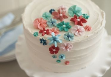 Make an Easy Royal Icing Flower Cake by Emily Tatak and Wilton. http://api.creativebug.com/workshops/the-wilton-method-of-cake-decorating-week-4.   Creativebug - Craft classes to delight your creative side.