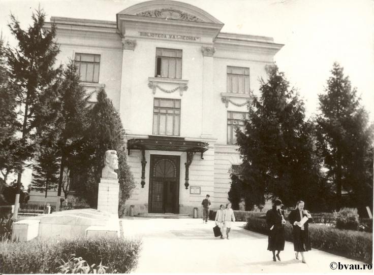 """Biblioteca """"V.A. Urechia"""", Galaţi, Romania, anul 1990.  Imagine din colecţiile Bibliotecii Judeţene """"V.A. Urechia"""" Galaţi."""