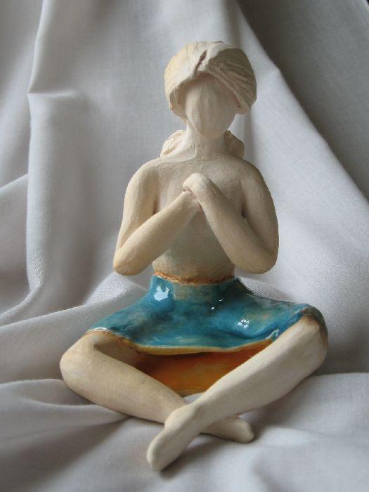 Rzeźba siedzącej kobiety w spódnicy - rzeźba ceramiczna wykonana w pracowni ceramicznej w Krakowie