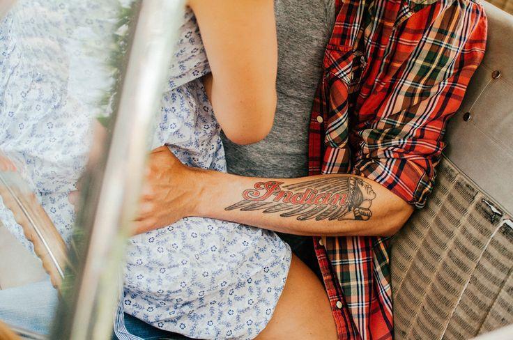 engagement photography, engagement session, sesja zaręczynowa, sesja narzeczeńska, sesja w samochodzie, Ford, Indian, tatuaż, tattoo, love,