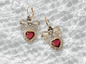 dolce-and-gabbana-jewellery-gold-earrings-bow-heart-gray-sapphires-zoom