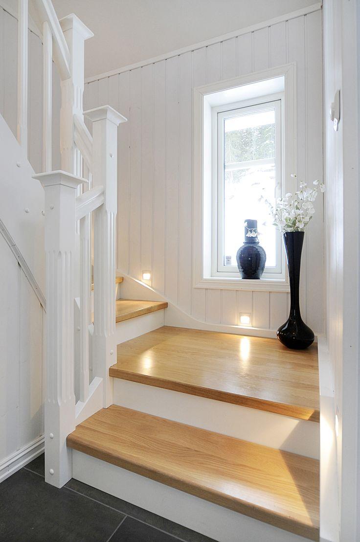Små lys ved siden av hvert trappetrinn skaper et fint uttrykk i trappeoppgangen!