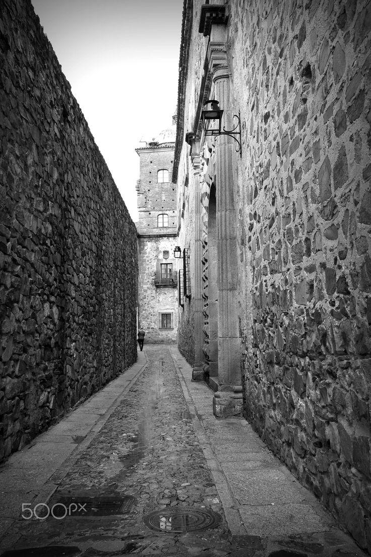 The narrow street - Cáceres, Espanha