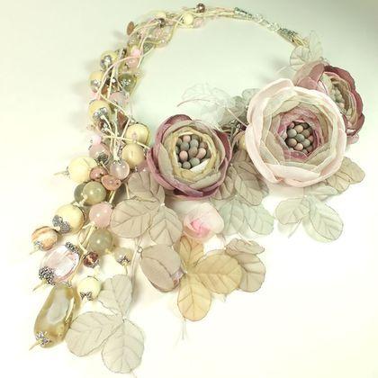 Купить или заказать Пудровый Хмель. Колье и три броши-цветка ручной работы в интернет-магазине на Ярмарке Мастеров. Колье и три броши - цветка. Единственный экземпляр. Деликатная розово-пудрово-бежевая гамма. Бледно-розовый, пудровые оттенки, холодный розовый, светло-розовый, розовый, светло-бежевый, молочный, бледно-серый, серый, серо-бежевый. Бусины: розовый кварц, родонит, лабрадор, агат, яшма, оникс, перламутр, дерево, стекло. Металл цвета серебра. Цветы и листья брошей ручной работы из…