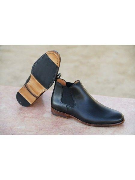 modèle de bottines chelsea en cuir noir caviar. fabriquée à la main au Portugal. doublure intégrale en cuir de vachette. Chaussures de ville pour hommes. cousu blake intégrale