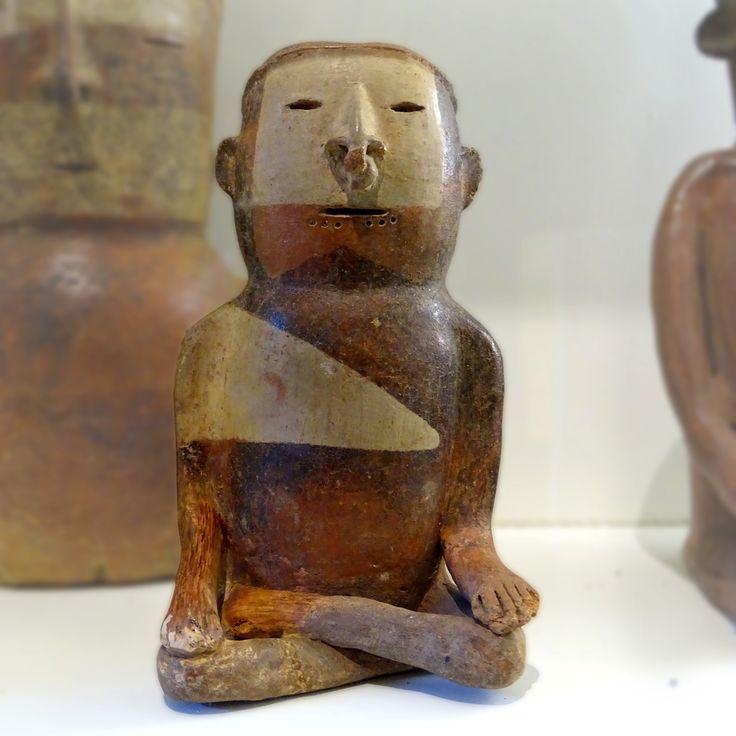 """Meditador Quimbaya en la exposición """"Máscaras"""" del Museo Arqueológico MUSA de Bogotá."""