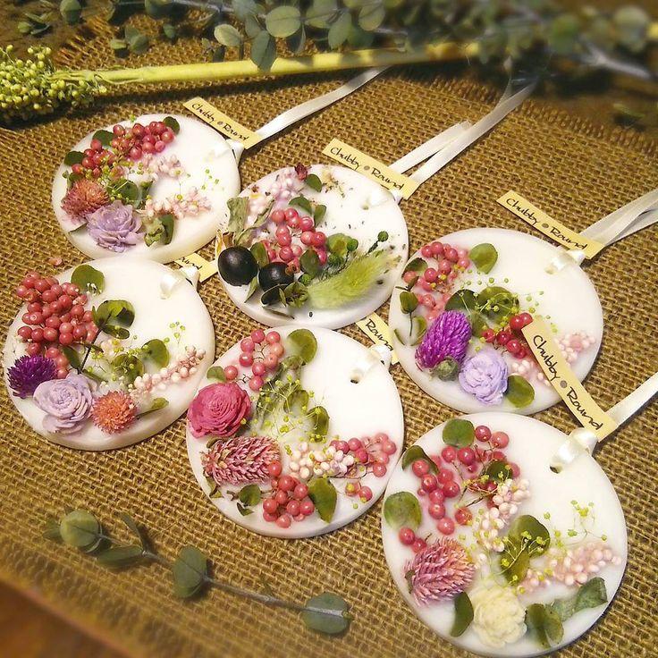 沢山ご注文をいただいているホワイトベースを6個upしました♡デザインを少しずつ変えたものになります✨ レモングラスベースの柑橘系オレンジ、グリーンアップルの香り オーダーも沢山いただきありがとうございます╰(*´︶`*)╯♡ #chubby_round #handmade#natural#materials #aroma#sachet#aromabar #essentialoil#botanical #wax#flower#herb#dryflower #present#gift#kaumo #ワックスサシェ #ボタニカル#自然素材#ハンドメイド #チャビーラウンド#手作り #インテリア#プレゼント #ギフト#アンティーク