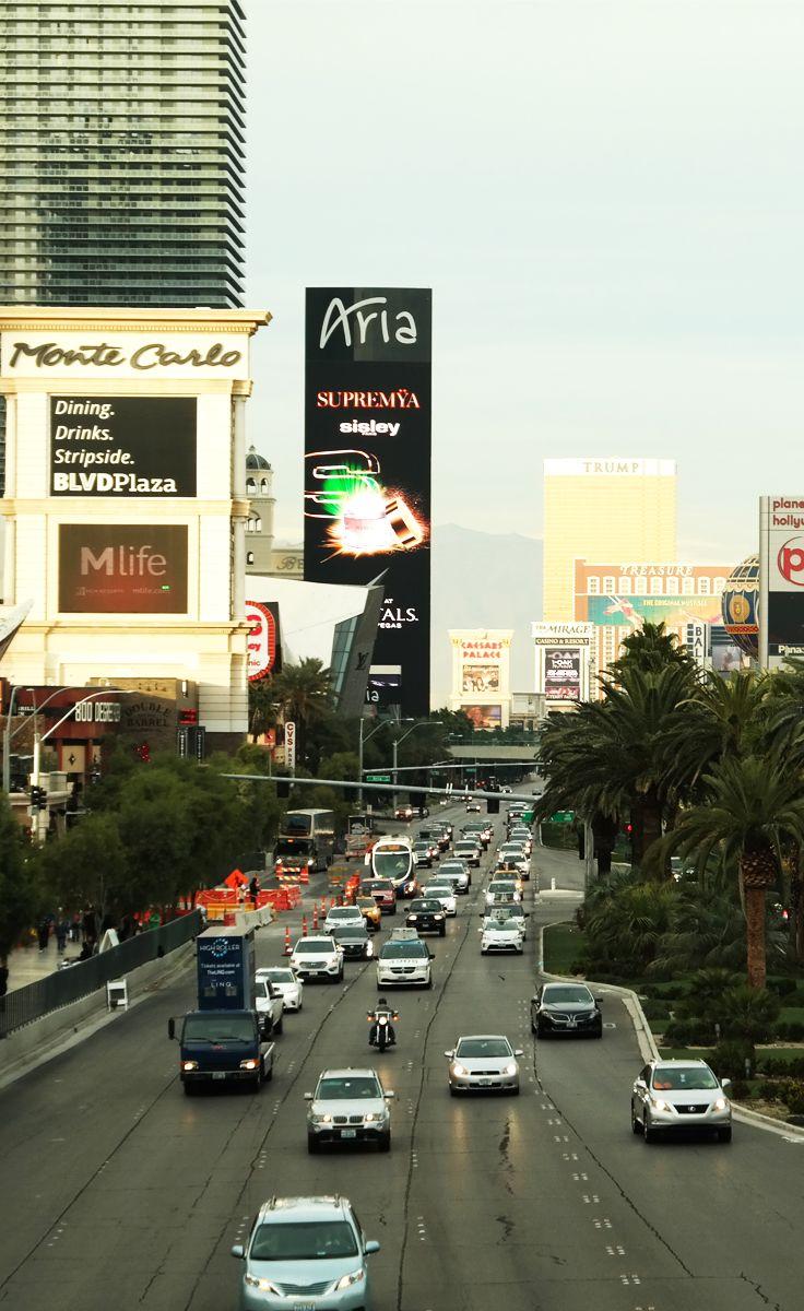 Las Vegas Strip mit dem Hotel Monte Carlo und im Hintergrund der Trump Tower.